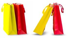 Sacchetti della spesa gialli e rossi isolati su fondo bianco fotografie stock