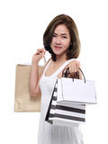 Sacchetti della spesa sorridenti felici asiatici della tenuta della donna di acquisto isolati su fondo bianco Immagine Stock Libera da Diritti
