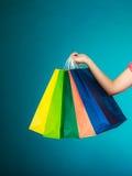 Sacchetti della spesa variopinti in mano femminile Vendita al dettaglio di vendita Immagine Stock