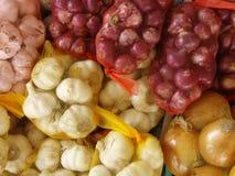 Sacchetti delle cipolle e dell'aglio Fotografie Stock