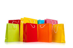 Sacchetti di acquisto colorati Assorted su bianco immagini stock