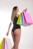 Sacchetti di acquisto della holding della donna di acquisto Primo piano di belle gambe delle donne in costume da bagno e tacchi a Fotografie Stock Libere da Diritti