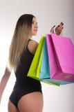 Sacchetti di acquisto della holding della donna di acquisto Primo piano di belle gambe delle donne in costume da bagno e tacchi a Fotografia Stock Libera da Diritti