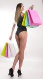 Sacchetti di acquisto della holding della donna di acquisto Primo piano di belle gambe delle donne in costume da bagno e tacchi a Immagine Stock