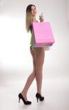Sacchetti di acquisto della holding della donna di acquisto Primo piano di belle gambe delle donne in costume da bagno e tacchi a Immagine Stock Libera da Diritti