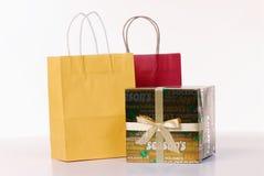 Sacchetti di acquisto e contenitore di regalo del nastro Fotografie Stock Libere da Diritti
