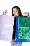 Sacchetti di acquisto felici della holding della giovane donna, isolati Fotografia Stock