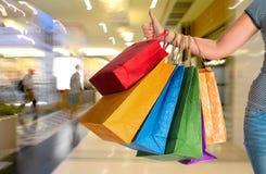 Sacchetti di acquisto femminili della holding Immagine Stock
