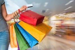 Sacchetti di acquisto femminili della holding Fotografia Stock