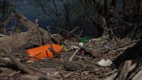 Sacchetti di plastica, bottiglie, rifiuti, immondizia ed altre ciarpame sulle banche del fiume Rifiuti e spreco Inquinamento ambi video d archivio