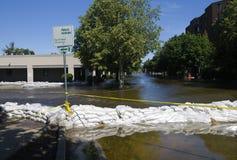 Sacchetti di sabbia che tengono indietro inondazione del fiume Fotografia Stock