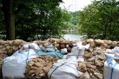 Sacchetti di sabbia riempiti come protezione dall'inondazione Fotografia Stock Libera da Diritti