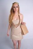 Sacchetto da portare di eco della holding del vestito da eco della donna Immagini Stock Libere da Diritti