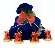 Sacchetto del nuovo anno decorato con i segnalatori acustici di mano rossi Fotografie Stock Libere da Diritti