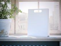 Sacchetto della spesa bianco su un davanzale della finestra rappresentazione 3d Immagine Stock