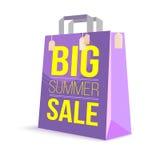 Sacchetto della spesa di carta di colore con il testo dell'annuncio Grande vendita di estate e sole dell'immagine sulla borsa per Fotografia Stock