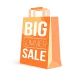 Sacchetto della spesa di carta di colore con il testo dell'annuncio Grande vendita di estate e sole dell'immagine sulla borsa per Immagine Stock