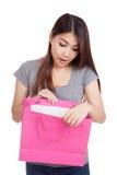 Sacchetto della spesa interno di giovane della donna sembrare asiatico di sorpresa Immagini Stock