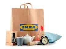 Sacchetto della spesa originale della carta di IKEA ed i suoi prodotti Immagini Stock Libere da Diritti