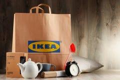 Sacchetto della spesa originale della carta di IKEA ed i suoi prodotti Fotografie Stock