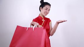 Sacchetto della spesa della tenuta della donna e palma aperta della mano nel concetto del nuovo anno cinese archivi video