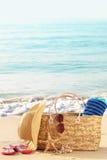 Sacchetto della spiaggia di estate sulla spiaggia sabbiosa Fotografie Stock Libere da Diritti