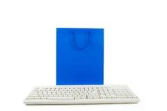 Sacchetto di acquisto e tastiera di calcolatore blu Fotografia Stock