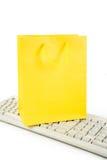 Sacchetto di acquisto e tastiera di calcolatore gialli Fotografia Stock Libera da Diritti