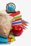Sacchetto di carta del pranzo con la mela rossa immagini stock libere da diritti
