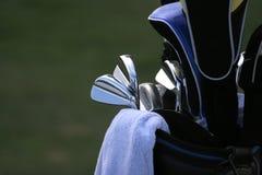 Sacchetto di golf ed insieme dei randelli Immagini Stock