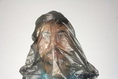 Sacchetto di plastica nero sulla testa umana, fondo grigio, grande problema di ecologia di concetto, spazio della copia fotografia stock libera da diritti