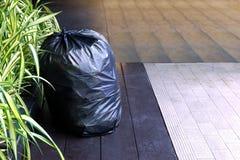 Sacchetto di plastica residuo, il nero di plastica sul pavimento, immondizia, rifiuti, recipiente, inquinamento della borsa di im Immagini Stock Libere da Diritti