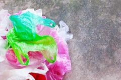 Sacchetto di plastica variopinto sul fondo del cemento Immagini Stock Libere da Diritti