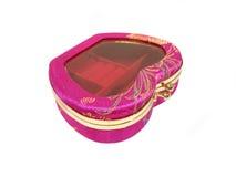Sacchetto rosso per gli anelli o le estetiche sopra priorità bassa bianca Fotografia Stock Libera da Diritti
