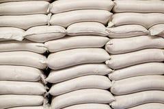 Sacchi bianchi di riso nella riseria fotografie stock libere da diritti
