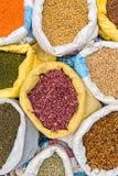 Sacchi con i fagioli dei legumi sul mercato Immagine Stock Libera da Diritti