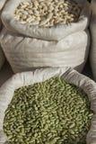 Sacchi con il mercato dei fagioli dei legumi Fotografia Stock Libera da Diritti