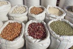 Sacchi con il mercato dei fagioli dei legumi Immagine Stock