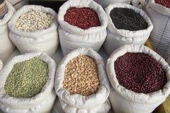 Sacchi con il mercato dei fagioli dei legumi Immagini Stock Libere da Diritti