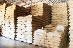 Sacchi della canapa che contengono riso Immagini Stock