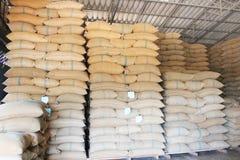 Sacchi della canapa che contengono riso Immagine Stock