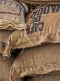 Sacchi della tela da imballaggio con i chicchi di caffè Fotografia Stock Libera da Diritti