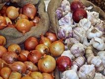 Sacchi delle cipolle e dei tuberi freschi dell'aglio fotografie stock libere da diritti