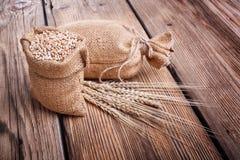 Sacchi delle orecchie del grano e del grano Fotografia Stock Libera da Diritti
