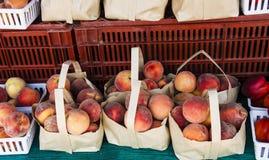 Sacchi delle pesche al mercato di frutta locale Fotografie Stock Libere da Diritti