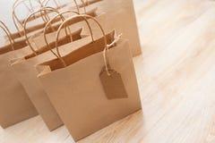 Sacchi di carta di Brown Kraft per i regali su fondo Immagine Stock Libera da Diritti