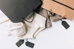 Sacchi di carta, vestiti ed etichette immagine stock