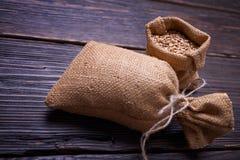 Sacchi di grano sulla tavola Immagini Stock