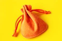 Sacco arancio per i regali su fondo giallo Immagine Stock Libera da Diritti