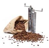 Sacco dei chicchi di caffè con due smerigliatrici di caffè del metallo Fotografia Stock Libera da Diritti